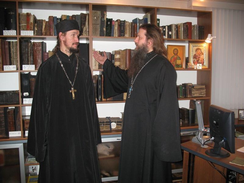 Благочинный Зеленодольского района отец Святослав и гость обители священник отец Артемий в хранилище древних книг Раифского монастыря