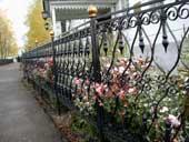 Декоративные решетки опоясывают Раифские цветники, 2002 год.